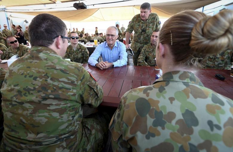 Australian Prime Minister Malcolm Turnbull (C) talks with Australian troops during breakfast at Camp Baird, located in the Middle East, during his visit to Iraq, January 16, 2016. REUTERS/Alex Ellinghausen/Pool