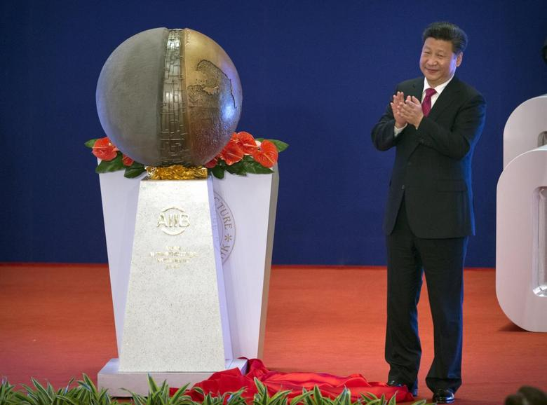 Chinese President Xi Jinping applauds after unveiling a sculpture during the opening ceremony of the Asian Infrastructure Investment Bank (AIIB) in Beijing, China, January 16, 2016. REUTERS/Mark Schiefelbein/Pool