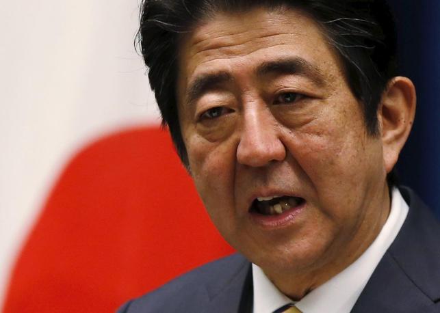 1月18日、安倍晋三首相は参院予算委員会で、消費税10%導入に伴う軽減税率の財源として「税収の上振れは使わない」と答弁した。写真は都内で4日撮影(2016年 ロイター/Toru Hanai)