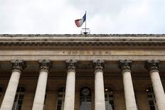 Les principales Bourses européennes évoluent en hausse de près de 1% lundi dans les premiers échanges, se stabilisant quelque peu après leur creux de plus d'un an touché vendredi et ce en dépit d'un nouvel accès de faiblesse des cours du pétrole avec la levée des sanctions contre l'Iran. À Paris, l'indice CAC 40 regagne 0,83% vers 09h30. /Photo d'archives/REUTERS/Charles Platiau
