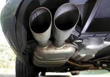 Las autoridades españolas han inspeccionado varios talleres de reparación de vehículos en la región de Madrid en una investigación en la que han detectado modificaciones en el sofware de los vehículos diésel para falsear las emisiones de gases contaminantes, dijo el lunes la Fiscalía. En la imagen, el tubo de escape de un vehículo diésel en Esquibien, Francia, el  23 de septiembre de 2015.  REUTERS/Mal Langsdon