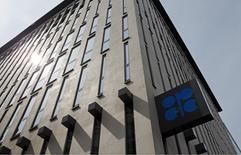 El logo de la OPEP, en su sede en Viena, Austria, 21 de agosto de 2015. La Organización de Países Exportadores de Petróleo (OPEP) pronosticó el lunes que la oferta de crudo de países fuera del cártel caerá más de lo previsto este año debido al colapso en los precios, lo que elevará la necesidad de petróleo del grupo. REUTERS/Heinz-Peter Bader