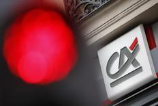 Crédit Agricole, en baisse de 4,58%, enregistre la plus forte baisse du CAC40 à mi-séance, à l'heure où l'indice est en retrait de 0,18% à 4.202,41 points, vers 12h45. Les valeurs bancaires chutent dans toute l'Europe (-1,5%), entraînées par des inquiétudes sur le capital des principales banques italiennes, selon un courtier basé en France. /Photo d'archives/REUTERS/Stéphane Mahé