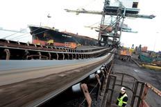 Hierro brasileño transportado hacia la siderúrgica SSI en Redcar, Inglaterra, mayo 29, 2012. La producción de acero de Brasil cayó un 6,1 por ciento anual a 2,461 millones de toneladas en diciembre, dijo el lunes el Instituto Aco Brasil (IABr), que representa a las siderurgias.   REUTERS/Nigel Roddis
