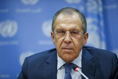 Глава МИД России Сергей Лавров на пресс-конференции в ООН в Нью-Йорке 18 декабря 2015 года. Лавров сказал, что Россия и Катар рассчитывают на скорое начало переговоров властей Сирии и оппозиции в Дамаске в январе. REUTERS/Eduardo Munoz