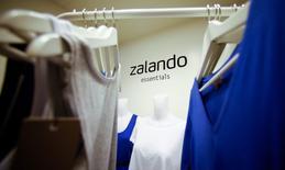 Zalando a fait état mardi d'un léger ralentissement de la croissance de ses ventes au quatrième trimestre par rapport à un troisième qui avait été particulièrement faste, le premier site de vente de prêt-à-porter en Europe évoquant un marché difficile. Zalando précise que son chiffre d'affaires du quatrième trimestre a progressé de 30% à 31%, à 865-872 millions d'euros, contre une hausse de 42% au troisième. /Photo d'archives/REUTERS/Hannibal Hanschke