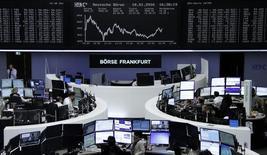 Las bolsas europeas rebotaban el martes de mínimos de 13 meses, con los valores de minería y energía protagonizando el avance tras repuntar los precios de metales y petróleo con los datos de crecimiento chinos.  En la imagen, operadores en sus puestos de trabajo en la bolsa alemana en Fráncfort, el 18 de enero de 2016. REUTERS/Staff/Remote