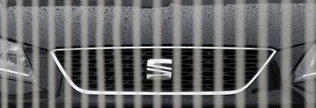 Las revisiones de taller de los coches Seat, la filial de Volkswagen en España, afectados por el escándalo de emisiones irregulares de óxido de nitrógeno en sus vehículos diésel comenzará en marzo, dijo el martes su presidente en España. En la imagen de archivo, un logo de Seat a través de una valla en un concesionario de Mataró. REUTERS/Albert Gea