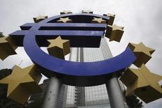 Escultura deosinal do euro em frente ao antigo prédio do Banco Central Europeui em Frankfurt. 10/06/2010 REUTERS/Ralph Orlowski