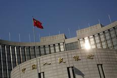La bandera de China en la sede del Banco Central del país, en Pekín. 19 de enero de 2016. La economía de China creció un 6,8 por ciento en el cuarto trimestre frente al mismo período del año previo, en línea con las expectativas y a su ritmo más lento desde la crisis financiera global, lo que aumenta la presión sobre Pekín para que aplique más medidas de estímulo ante los temores de una ralentización más severa. REUTERS/Kim Kyung-Hoon