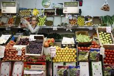 Una vendedora en un puesto de fruta y verduras en un mercado en Madrid, el 17 de julio de 2015. La agencia de estadísticas de la zona euro confirmó el martes que la inflación de la región fue de un 0,2 por ciento en diciembre, con un aumento de precios en restaurantes y cafeterías y una baja especialmente significativa en los combustibles. REUTERS/Juan Medina