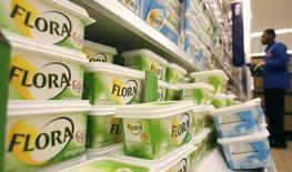 Fotografía de archivo de un trabajador escaneando códigos de barra, cerca del estante de las margarinas Flora, en un supermercado Sainsbury en Londres. 6 de febrero de 2008. CEl grupo de bienes de consumo Unilever dijo que se está preparando para unas condiciones más difíciles y otro año de volatilidad en el 2016 después de que superó el desempeño del mercado más amplio con un crecimiento mejor que lo esperado de sus ventas en el 2015. REUTERS/Luke MacGregor/files