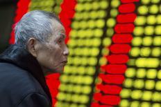 Un inversor mira un tablero electrónico que muestra la información de las acciones, en una correduría en Nanjing, provincia de Jiangsu, China, 13 de enero de 2016. Las acciones chinas rebotaron cerca de un 3 por ciento el martes, luego de que unos datos económicos débiles reforzaron las expectativas del mercado que el Gobierno revelará más medidas de estímulo. REUTERS/China Daily