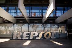 El regulador de Competencia español aprobó con condiciones el martes la venta de parte de los activos de gas canalizado de Repsol a Redexis, compañía propiedad de un fondo de infraestructuras de Goldman Sachs.  En la imagen, el logo de Repsol en su sede de Madrid, el 16 de diciembre de 2014. REUTERS/Andrea Comas