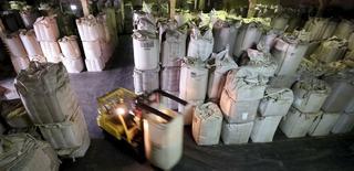 Una bodega con sacos de café de exportación en Santos, Brasil, dic 10, 2015. Las exportaciones de café de Brasil podrían disminuir a mediados de año debido a una esperada caída en los inventarios, aunque en 2016 las ventas generales al exterior serían similares a las del año pasado si se cumple el pronóstico de una fuerte cosecha, dijo el martes la asociación de exportadores Cecafé.  REUTERS/Paulo Whitaker