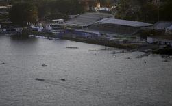 Remadores treinam na Lagoa Rodrigo de Freitas, onde vão acontecer as provas de remo da Olimpíada do Rio de Janeiro. 07/08/2015 REUTERS/Ricardo Moraes