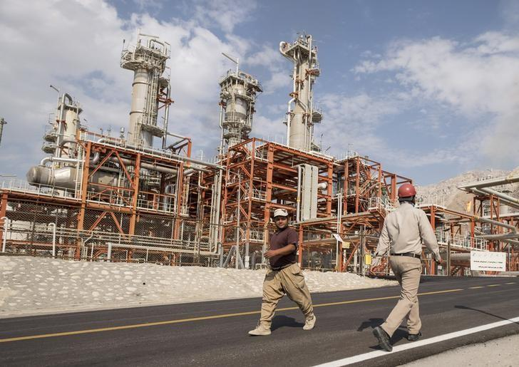 Iranian workers walk at a unit of South Pars Gas field in Asalouyeh Seaport, north of Persian Gulf, Iran November 19, 2015. REUTERS/Raheb Homavandi/TIMA/Files