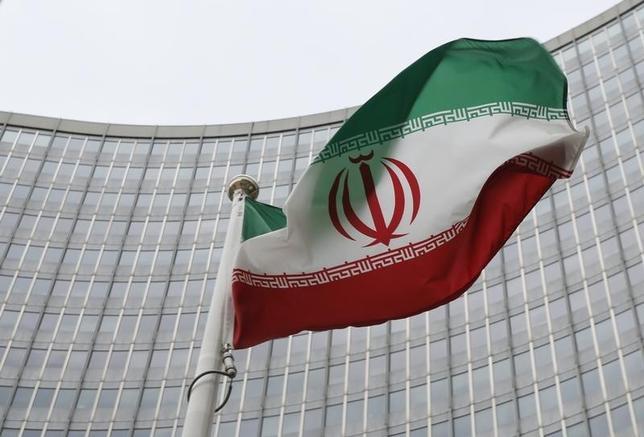 1月17日、欧米による制裁が解除されたことで、イランが「のけ者」状態から地域的大国へと変身し、米国と新たな関係に入ったことが裏付けられた。写真はイラン国旗。ウィーンの国際原子力機関(IAEA)本部前で15日撮影(2016年 ロイター/Leonhard Foeger)