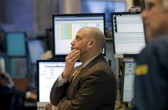 Трейдеры работают на бирже Нью-Йорка. Уолл-стрит завершила торги вторника практически без изменений после неровной сессии, на фоне падения цен на нефть, повлекших новые потери для энергетических акций, а также экономического отчета, показавшего замедление роста в Китае.REUTERS/Brendan McDermid