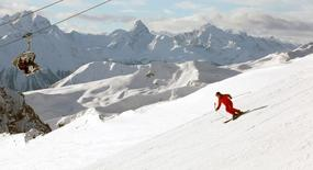 A man skis down the Weissfluhjoch at the Parsenn skiing region near the Swiss mountain resort of Davos December 30, 2009.  REUTERS/Arnd Wiegmann