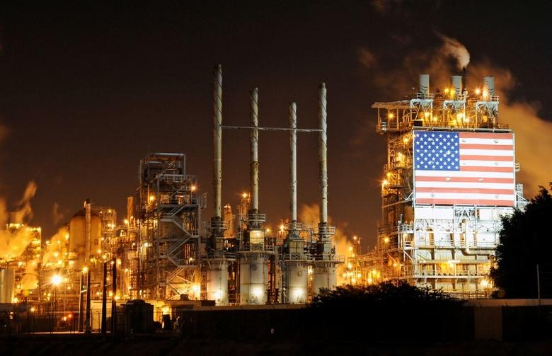 A general view of the Tesoro refinery in Carson, California February 2, 2015.  REUTERS/Bob Riha, Jr.
