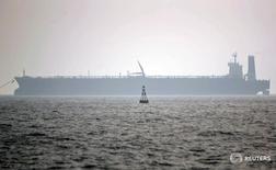 Нефтеналивной танкер в порту Ассалуйе, Иран 27 мая 2006 года. Иран вступил в конкуренцию за европейских покупателей нефти, снизив официальные цены продажи на февральские партии. REUTERS/Morteza Nikoubazl
