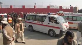 Машины скорой помощи у университета Бача Хан в городе Чарсадда 20 января 2016 года. Группа боевиков взяла штурмом университет в неспокойном северо-западном Пакистане в среду, убив не менее восьми человек, сообщили чиновники.  Стрельба на территории университета все еще продолжается, были слышны два взрыва. REUTERS/Reuters TV