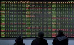 Les marchés actions chinois ont, comme l'ensemble des places asiatiques, terminé en nette baisse mercredi, effaçant, sous le coup de la rechute des cours du pétrole, une partie des gains accumulés la veille. L'indice CSI300 des valeurs vedettes des Bourses de Shanghai et de Shenzen a perdu 1,5% à 3.174,38 points tandis que l'indice composite de Shanghai a perdu 1,04%, à 2.976,52. /Photo d'archives/REUTERS