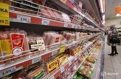 Покупатель в магазине Дикси в Москве 1 декабря 2015 года. Банк России прогнозирует замедление инфляции в январе 2016 года в годовом выражении до9,7–10,0 процента с 12,9 процента на конец декабря, говорится в обзоре регулятора. REUTERS/Sergei Karpukhin