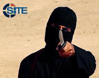 """Джихади Джон на видео """"Исламского государства"""". Видео получено SITE Intel Group 26 февраля 2015 года. Медиаресурс, связанный с """"Исламским государством"""", во вторник опубликовал траурную речь в честь боевика по прозвищу """"Джихади Джон"""", ставшего известным из-за участия в снятых на видео казнях заложников, сообщила мониторинговая организация SITE. REUTERS/SITE Intel Group/Handout via Reuters"""