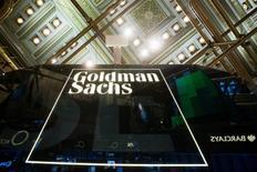 El logo de Goldman Sachs en la Bolsa de Nueva York el 24 de enero de 2014. Las utilidades de Goldman Sachs Group Inc bajaron por tercer trimestre consecutivo, presionadas por los costos de un acuerdo extrajudicial por 5.000 millones de dólares para resolver denuncias derivadas de la última crisis financiera. REUTERS/Lucas Jackson