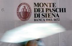 Логотип Monte dei Paschi di Siena в центре Сиены 5 ноября 2014 года. Ряд клиентов итальянского банка Monte dei Paschi выводят свои сбережения, сказал глава кредитора в среду. REUTERS/Giampiero Sposito