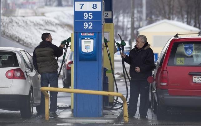 1月20日、米原油先物が1バレル=28ドルを割り込み、03年9月以来の安値を更新した。写真はミンスクのガソリンスタンドで昨年1月撮影(2016年 ロイター/Vasily Fedosenko)