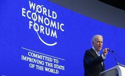 Le vice-président américain Joe Biden à la tribune du Forum économique mondial de Davos. La forte baisse de l'ensemble des marchés financiers a dominé mercredi les discussions entre dirigeants d'entreprise et responsables politiques réunis dans la ville suisse, même si la plupart excluent pour l'instant l'éventualité de la voir dégénérer en crise mondiale. /Photo prise le 20 janvier 2016/REUTERS/Ruben Sprich