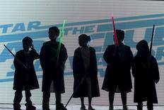Les jouets de la franchise Star Wars ont généré des ventes de plus de 700 millions de dollars (641 millions d'euros) aux Etats-Unis en 2015, dépassant ceux de Jurassic World, Minions et Avengers réunis, selon des données publiées mercredi par le cabinet d'études NPD. /Photo prise le  17 décembre 2015/REUTERS/Jose Cabezas