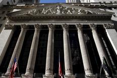 Wall Street a une fois de plus sombré dans la morosité mercredi, plombée par la nouvelle déroute du marché pétrolier et par des craintes d'un ralentissement économique mondial. L'indice Dow Jones a perdu 1,56% à 15.766,74 points. Le S&P-500, plus large, a cédé 1,17% et le Nasdaq Composite a abandonné 0,12%. /Photo prise le 20 janvier 2016/REUTERS/Mike Segar