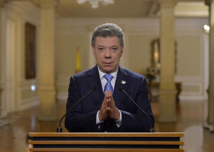 Colombia's President Juan Manuel Santos speaks to the nation following the latest, historic step in the peace talks with FARC rebels in Havana, Cuba at the presidential palace in Bogota,  December 15, 2015. REUTERS/Cesar Carrion/Colombian Presidency/Handout via Reuters