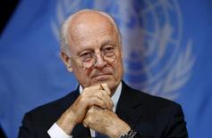 Спецпосланник генсека ООН по Сирии Стаффан де Мистура общается с журналистами в Вене. 14 ноября 2015 года. Переговоры при международном посредничестве между сирийским правительством и оппозиционными группами, которые должны начаться 25 января, могут быть отложены, однако мировые державы должны сохранять давление, чтобы усадить участников за стол переговоров, сказал спецпосланник генсека ООН в среду. REUTERS/Leonhard Foeger