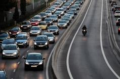 Los ingresos de las entidades aseguradoras por la venta de pólizas en España subieron el año pasado un 2,06 por ciento, a 56.833 millones de euros, dijo Unespa, la patronal del sector, en una nota de prensa. En esta imagen de archivo, numeorsos coches en la entrada a Madrid por la autopista A-6 el 8 de febrero de 2011.  REUTERS/Susana Vera