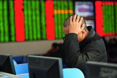 Un inversor mira la pantalla de un computador que muestra la información de las acciones, en una correduría en Fuyang, China. 21 de enero de 2015. Las frágiles bolsas de China terminaron con una fuerte caída el jueves luego de que los precios del petróleo cedieron un rebote inicial y otros mercados asiáticos se debilitaron. REUTERS/China Daily