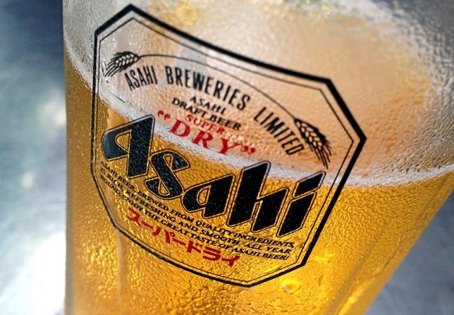 Condensation collects on a glass of Asahi beer at a bar in Singapore in this October 23, 2015 file photo. REUTERS/Tim Wimborne/Files