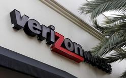 Verizon Communications fait état de résultats trimestriels supérieurs aux attentes, à la faveur de la hausse du nombre d'abonnés à ses services haut débit et d'une baisse du taux de désabonnement. Le chiffre d'affaires du groupe télécoms américain a augmenté de 3,2% à 34,25 milliards de dollars (31,4 milliards d'euros). /Photo prise le 18 septembre 2015/REUTERS/Joe Skipper