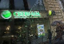 Отделение Сбербанка в Санкт-Петербурге 6 ноября 2014 года. Падение цен на нефть заставило крупнейший госбанк РФ Сбербанк ухудшить свои ожидания на 2016 год, который в базовом сценарии завершится падением экономики на 2,2 процента и расходами банка на резервы под обесценение кредитов в размере 250-300 базисных пунктов. REUTERS/Alexander Demianchuk