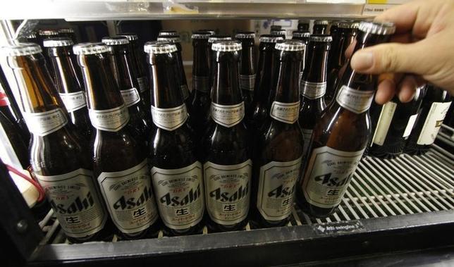 1月21日、アサヒなどがSABミラー傘下ブランドを買収する候補として最終選考に残った。写真はアサヒのビール。都内で2011年8月撮影(2016年 ロイター/Toru Hanai)