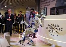 """Le robot humanoïde sud-coréen HUBO """"fait son show"""" à Davos. A en croire les dirigeants d'entreprises réunis dans la ville suisse pour le Forum économique mondial, les innovations qui peuvent sembler aujourd'hui de la science-fiction seront une réalité d'ici 2025 grâce aux progrès effectués dans la robotique, l'intelligence artificielle et la génétique, qui marqueront l'avènement de la """"quatrième révolution industrielle"""". /Photo prise le 20 janvier 2016/REUTERS/Ruben Sprich"""