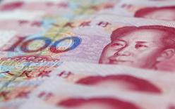 El vicepresidente de China dijo el jueves a Bloomberg News que su Gobierno no tiene intenciones de devaluar el yuan. En la foto de ilustración se ven billetes de 100 yuanes en Shangai el  17 de enero de 2011. REUTERS/Carlos Barria/Files