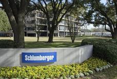 Офис Schlumberger в Уэст-Хьюстоне. 16 января 2015 года. Прибыль крупнейшей в мире нефтесервисной компании Schlumberger Ltd превзошла прогноз в четвертом квартале, и она планирует выкупить акции на $10 миллиардов. REUTERS/Richard Carson