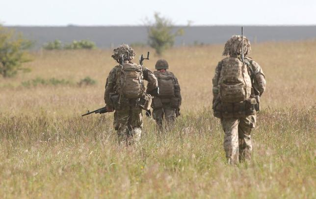 British soldiers on exercise walks across an area of Salisbury Plain, near to Westdown Camp, Britain, June 18, 2015. REUTERS/Peter Nicholls