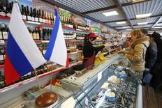 Магазин крымских продуктов в Химках. 25 января 2015 года. Банк России оценил годовые темпы трендовой инфляции в декабре 2015 года в 11,1 процента по сравнению с 11,9 процента в ноябре. REUTERS/Maxim Zmeyev