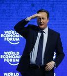 Премьер-министр Великобритании Дэвид Кэмерон обращается к участникам Всемирного экономического форума в швейцарском Давосе 21 января 2016 года. Страх резкого ослабления Европейского союза стал злободневной темой в коридорах и бизнес-люксах Давоса в этом году, так как лидеры деловых кругов и политики, участвующие во всемирном экономическом форуме, обеспокоены закрытием границ и риском выхода Британии из ЕС. REUTERS/Ruben Sprich